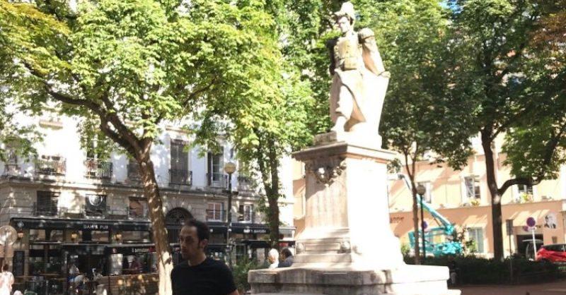 Au commencement, quelques explications Place Sathonay
